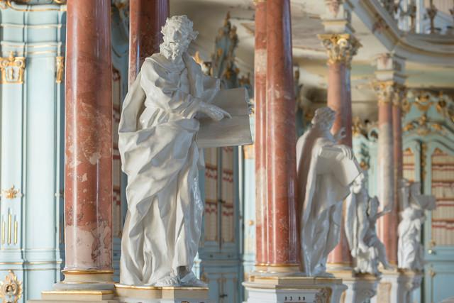weiße Figur im Bibliothekssaal in Bad Schussenried