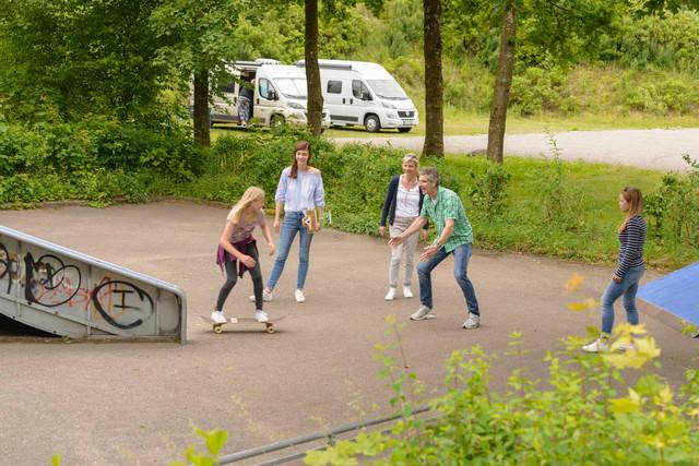 Familie auf Skaterplatz in Wolfegg