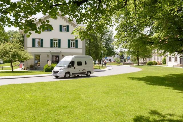 Reisemobil vor Schlosscafe in Wolfegg