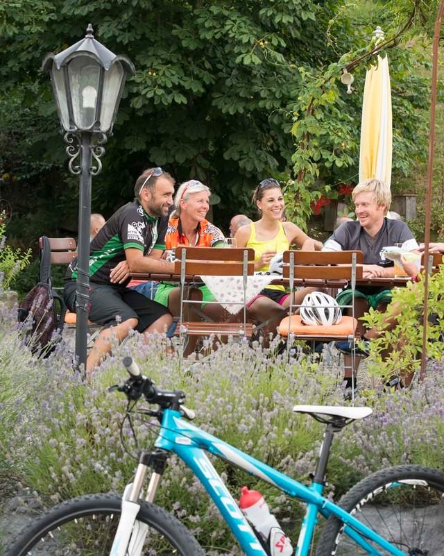 Einkehr einer Gruppe Radfahrer im Biergarten