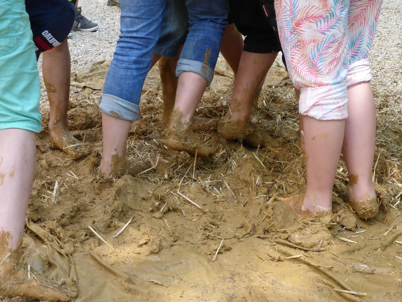 Kinder helfen im Campus Galli