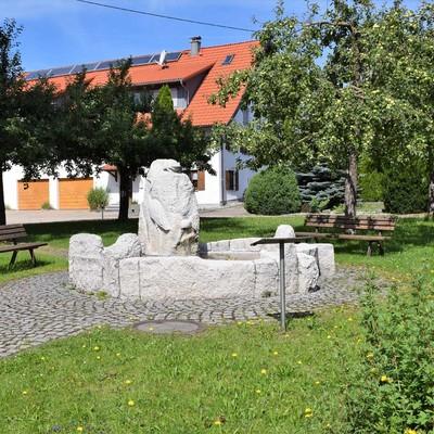 Blick auf den Brunnen in der Ortsmitte von Füramoos