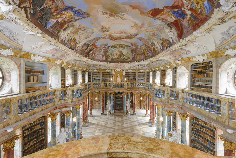 Blick in den barocken Bibliothekssaal im Kloster Wiblingen