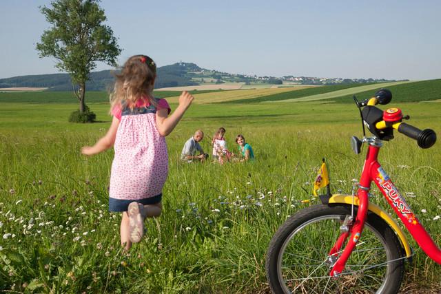 Mädchen beim Picknick mit ihrer Familie