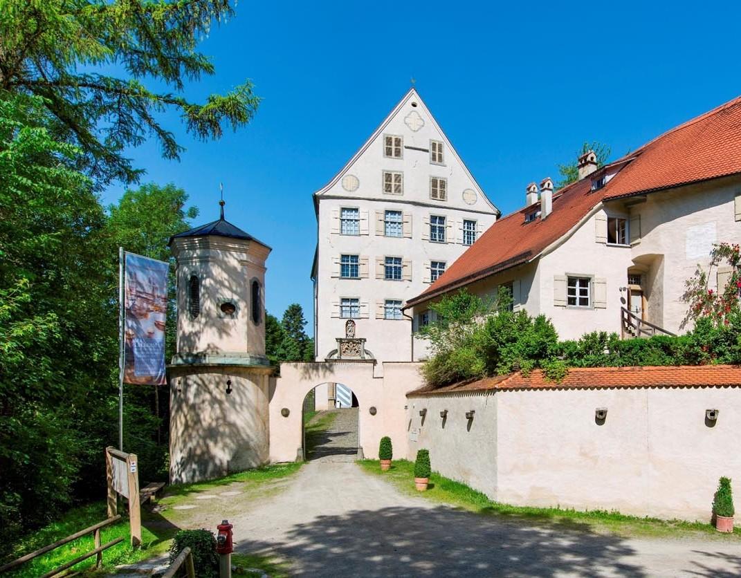 Frontansicht Schloss Achberg mit Eingangstor