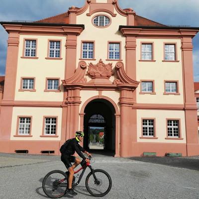 Aussichtspunkte entlang des Oberschwaben-Allgäu-Radwegs: Mountainbiker in Altshausen
