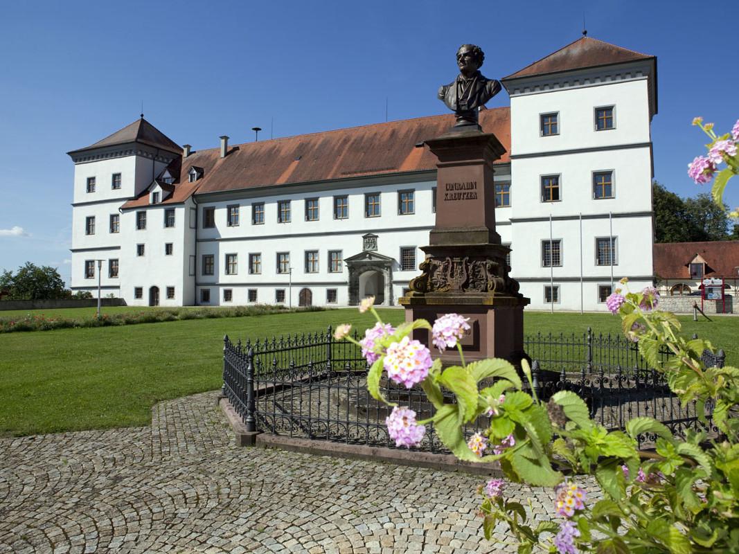 Frontansicht Schloss Meßkirch mit Schlossgarten