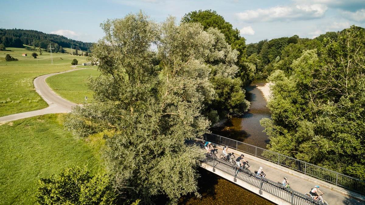 Aussichtspunkte entlang des Oberschwaben-Allgäu-Radwegs: Radfahrer überqueren die Untere Argen in Isny