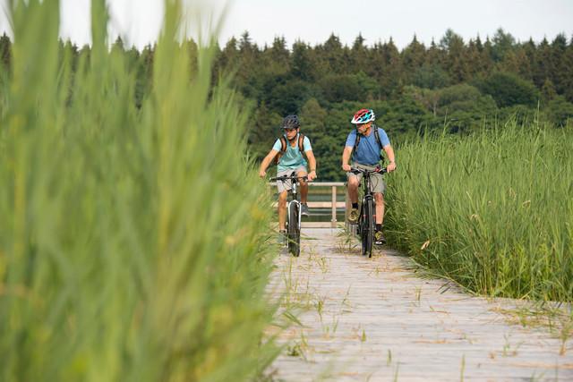 Vater und Sohn mit dem Rad an der Blitzenreuter Seenplatte