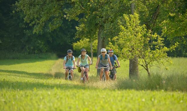 Radlergruppe auf Naturweg