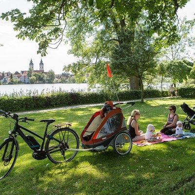 Radfahrer machen ein Picknick am Stadtsee in Bad Waldsee
