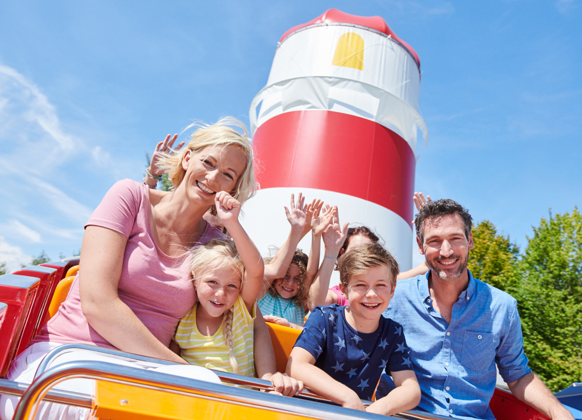 Familie im BRIO Wellenreiter im Ravensburger Spieleland