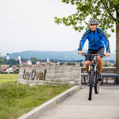 Aussichtspunkte entlang des Oberschwaben-Allgäu-Radwegs: Mountainbiker am Schaupunkt Isny Oval