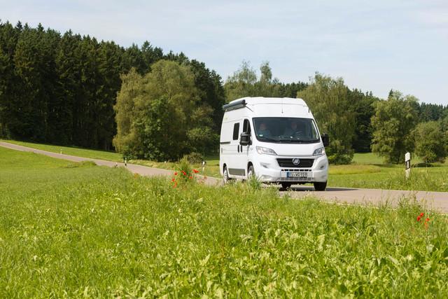 Unterwegs mit dem Reisemobil in Oberschwaben vor Waldpanorama